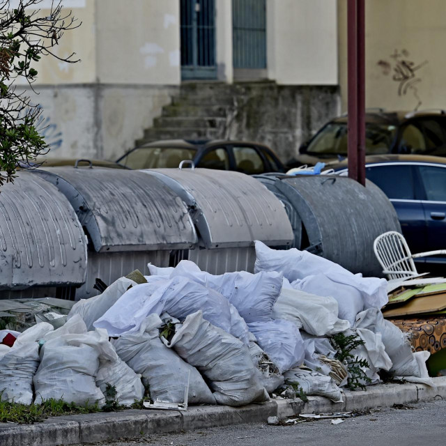 Prostor između Šibenske i Ulice Domovinskog rata na Kmanu stalna je lokacija za odbacivanje otpada