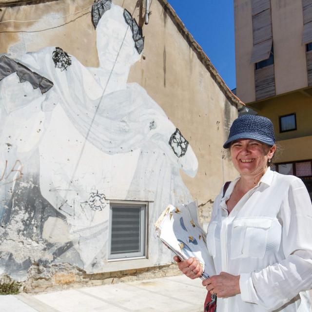 Vanja Rogošić Ojdenić pred djelom na Poljani Tina Ujevića, koje je izradila sa svojim kolegicama iz Umjetničke škole