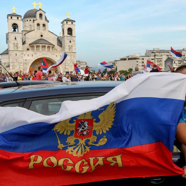Pristaše oporbe slave izborne rezultate uz - ruske zastave