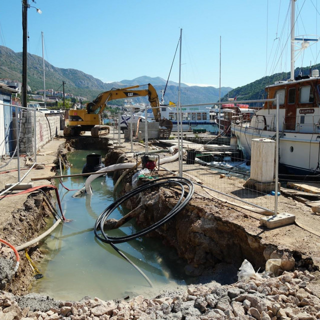 Izvode se sustavi vodoopskrbe i odvodnje na području Mokošice i Štikovice
