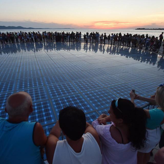 Turisti uživaju u zalasku sunca na zadarskoj rivi