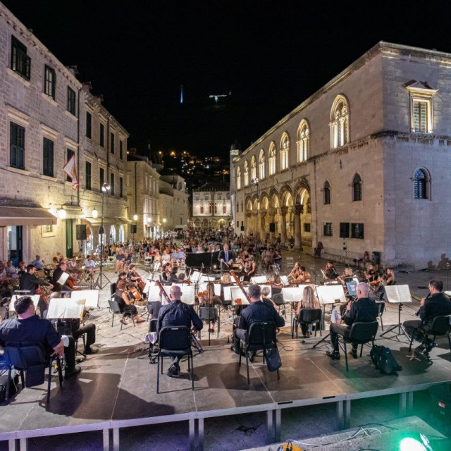 Beethovenove simfonije u petak ispred Katedrale