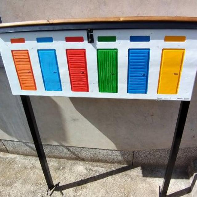Adrija - mala drvena knjižnica u kojoj se knjige slobodno uzimaju i ostavljaju 24 sata, izgledom slici na jadrijske kabine