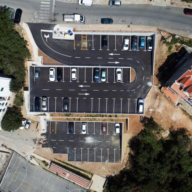 Parkiralište u Ulici Marina Kneževića u Mokošici
