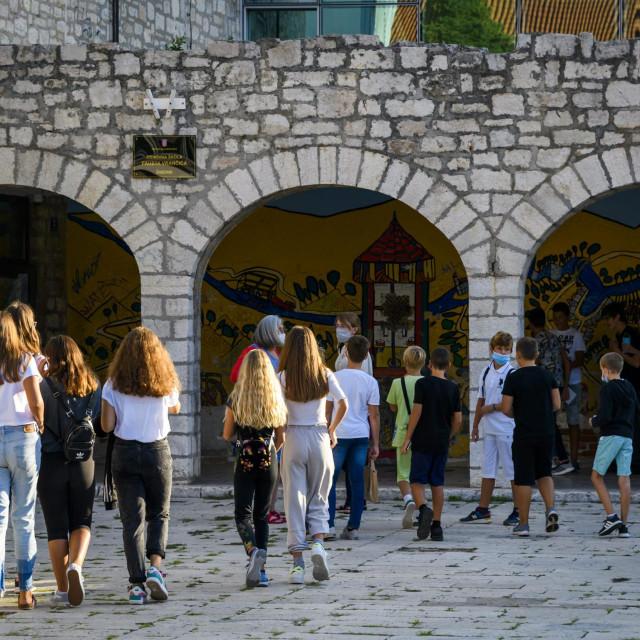 <br /> Prvi dan početka nove školske godine 20/21 u O.Š. Faust Vrančić, učenici sa zaštitnim maskama ulaze u škole<br />