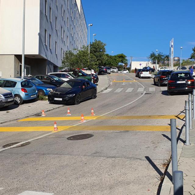 Ispred OŠ Žnjan-Pazdigrad 'cestarovci' bojaju zebru i ležeće policajce