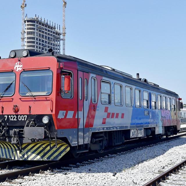 Grintanje putnika i naše pitanje očito je ponukalo HŽ da umjesto ovoga vlaka ponovno na prugu za Kaštela i Zagoru uvedu nagibni