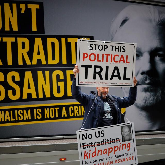 Assange, kao da je najgori zlotvor, nalazi se u zloglasnom zatvoru Belmarsh, ni uporni demonstranti ne uspijevaju mu pomoći