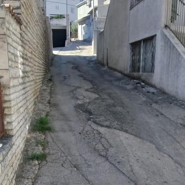 Ova ulica stvarno vapi za novim asfaltom