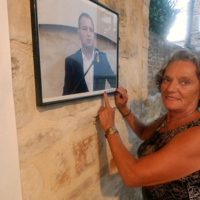 Snježana Požar pored portreta dr. Vilija Beroša