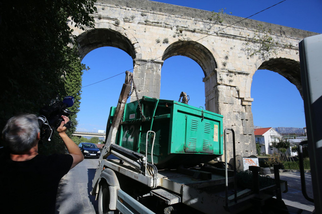 Možda škovacini i nisu rašuškali akvedukt, ali brate sramota je da se baš kroz antičke lukove vozidu škovace