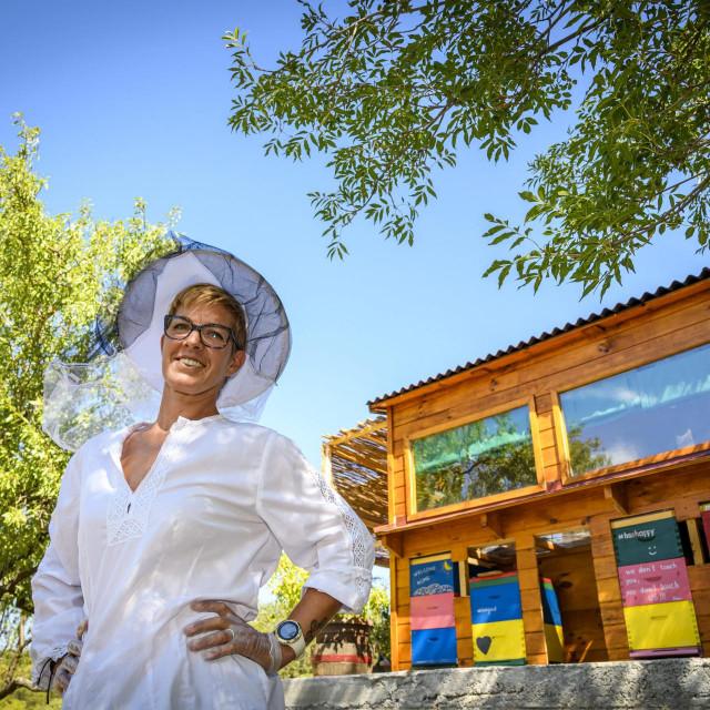 <br /> Doris Banić, Doda pčelarica provodi terapije udisanja iz pčelinih košnica<br />