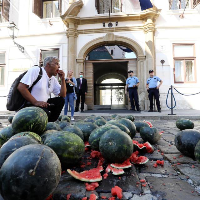 Poljoprivrednici su ministrima nudili lubenice pred ulazom u zgradu Vlade
