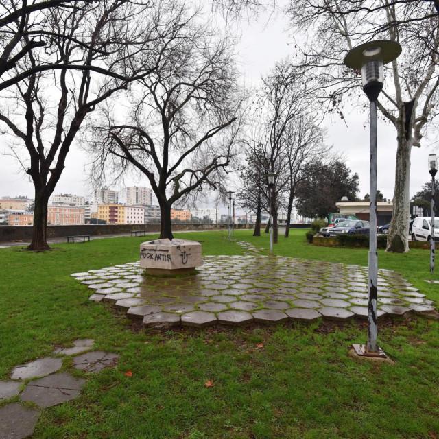 Nepoznati počinitelj je 2018. godine grafitima išarao antifašističke spomenike u centru Zadra. Išarani su kukastim križevima i ustaškim simbolima.<br />