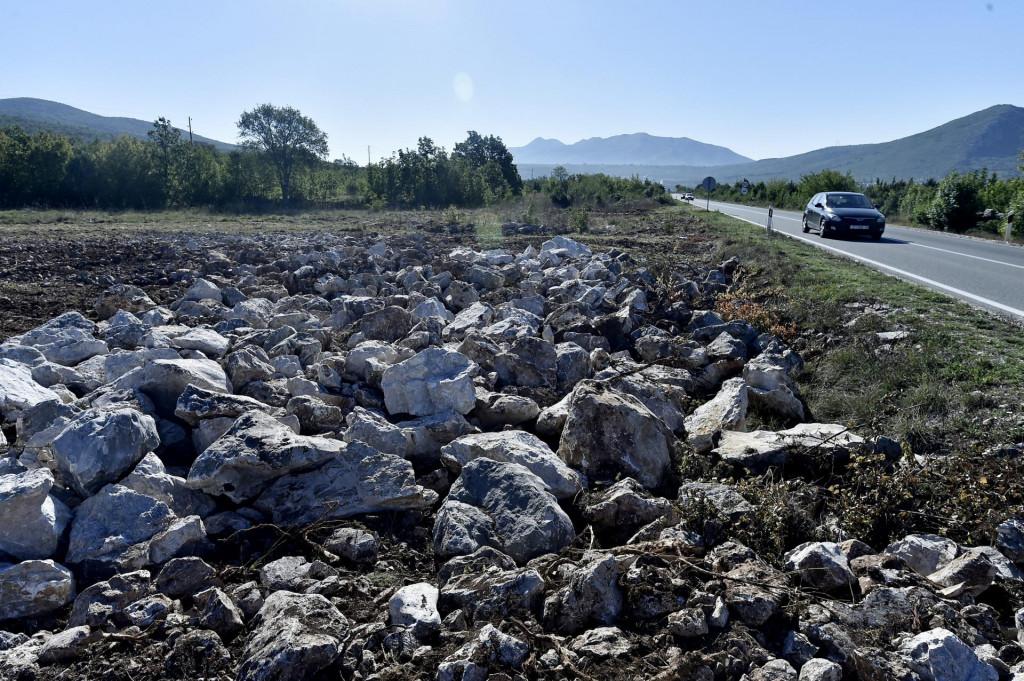 Zemljište se nalazi u neposrednoj blizini državne prometnice Klis Grlo – Muć