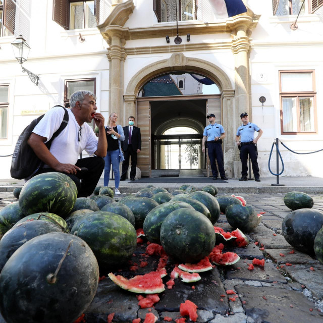Europarlamentarac Ivan Vilibor Sinčić organizirao je transport hrpe lubenica na Markov trg,kako bi ukazao na neravnopravan polozaj hrvatskih i ostalih europskih poljoprivrednika