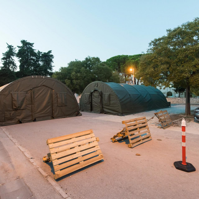 Na parkiralistu OB Zadar su postavljena dva vojna satora kako bi omogucili dodatan prostor za smjestaj Covid19 pacijenata u slucaju potrebe<br />