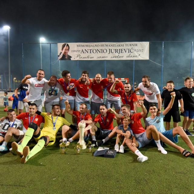 Finale 4. izdanja memorijalno-humanitarnog turnira Antonio Jurjevic na malonogometnom terenu SC Visnjik. U finalu su se sastali MNK Varoš (crveni) i MNK Bili Brig (plavi).<br /> Na fotografiji: slavlje ekipe MNK Varoš<br />