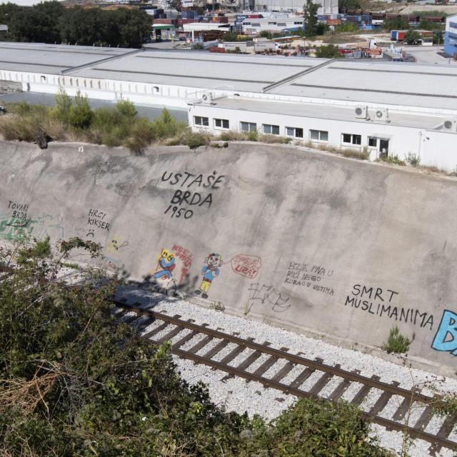 Grafiti na usjeku pruge u Dujmovači