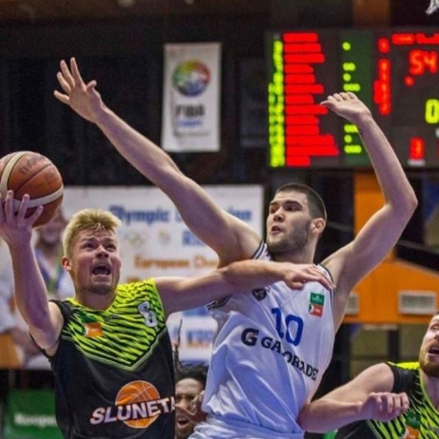 Domagoj Proleta (bijeli dres, 10) u sezoni 2019./20. nastupao je za USK Prag