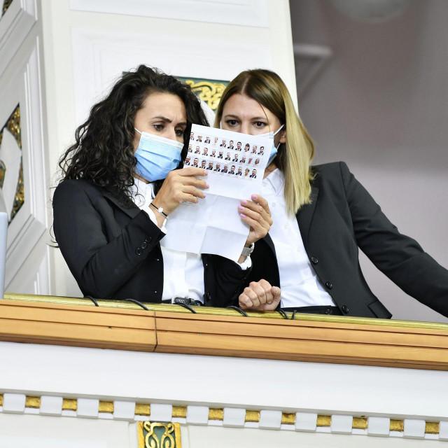 Pregledavanje fotografija zastupnika jer ih je četvoro na posljednjoj sjednici glasalo elektroničkim putem