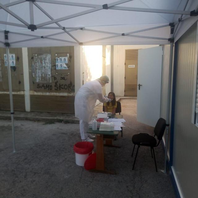 Kontejner na parkiralištu sinjske ispostave Županijskog doma zdravlja ispred kojeg se uzimaju brisevi radi analize na virus SARS-CoV-2<br />