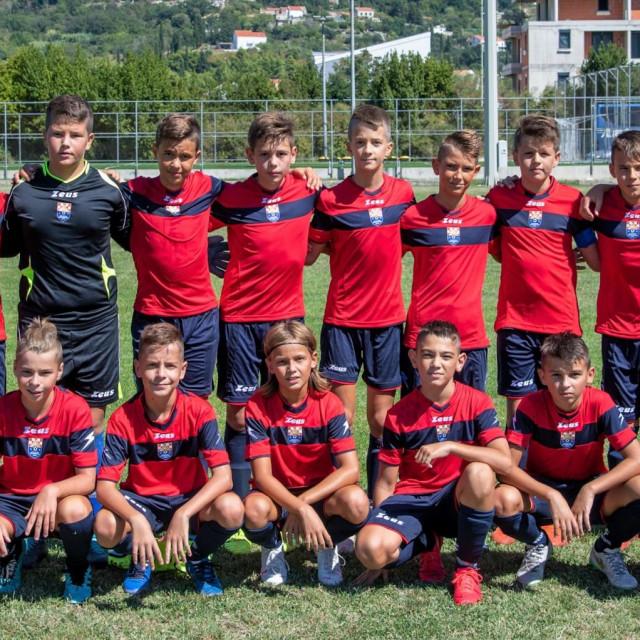 Mlađi pioniri Župa dubrovačke s trenerom Mirkom Prkom foto: Tonći Plazibat/CROPIX