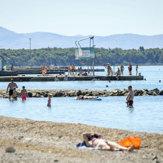 Sibenik, 270720.<br /> Na plazi Jadrija u vrijeme epidemije koronavirusa nema guzve.<br /> Na fotografiji: kupaci na plazi Jadrija.<br />