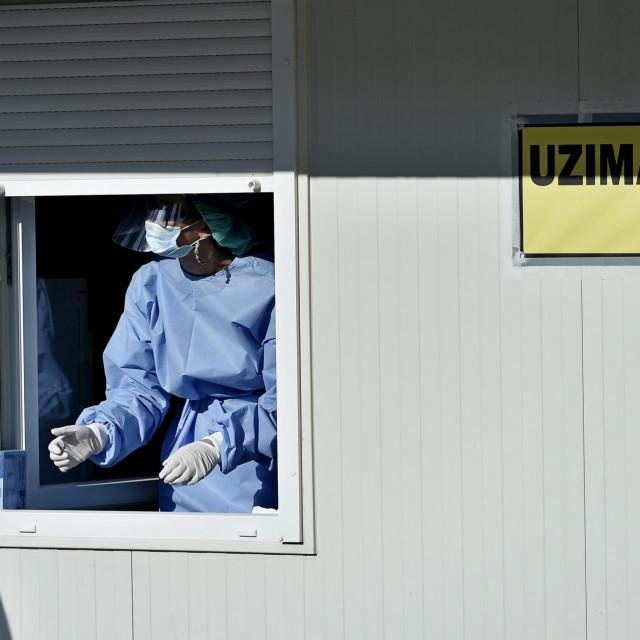 Stotinjak građana u ponedjeljak je u Splitu otišlo na testiranje na Covid 19. Red se protegnuo i kroz ulicu Put Trstenika.<br />