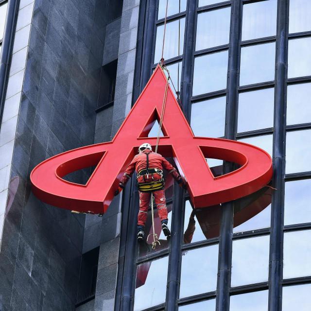 Radnici skidaju znak Agrokora s Ciboninog tornja nakon sto je uprava firme preselila na drugu lokaciju.<br />