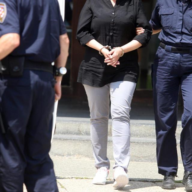 Varazdin, 120719.<br /> Pravosudna policija odvodi Smiljanu Srnec u pritvor nakon odrzanog rocista.<br />