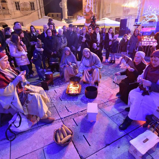 Zadar, 271219<br /> Veceras je na zadarskom Adventu odrzano uprizorenje zivih jaslica u organizaciji Udruge Kvestura za ocuvanje i promicanje obicaja i tradicije zadarskog predjela Diklo.<br />