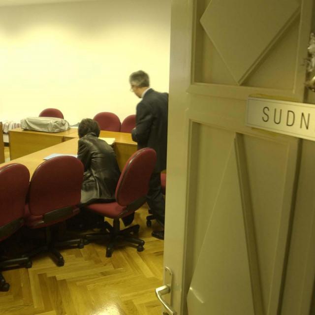 SPLIT-17-12-2002 SPORT STECAJ HAJDUKA-sudnica.zabranjen prilaz snimateljima PHOTO MATKO BILJAK