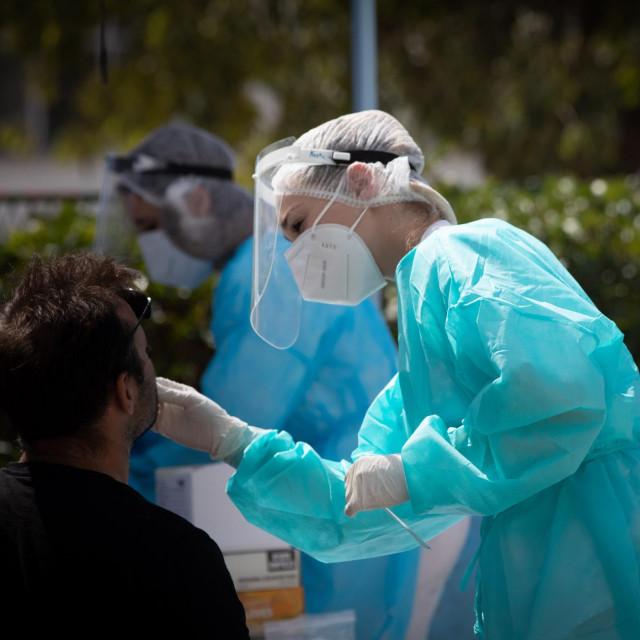 Split, 260820.<br /> U Nastavnom zavodu za javno zdravstvo koriste se novi<br /> uredjaji za obradu testova na koronuvirus.<br /> Na fotografiji: uzimanje briseva za testiranje.<br />