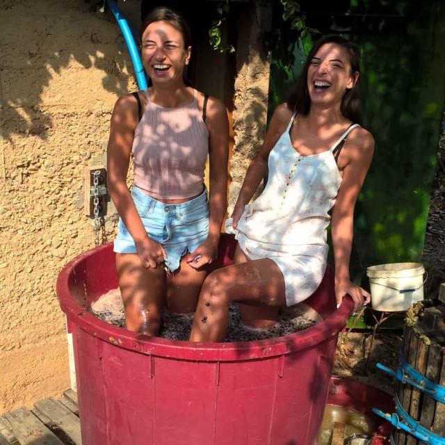 Angela i Andrea Stoimenova u badnju gnječe grožđe<br />