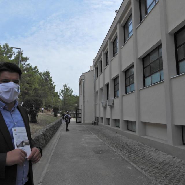 Tomislav Đonlić,<strong> </strong>županijski pročelnik za prosvjetu, ispred obnovljene zgrade<br />