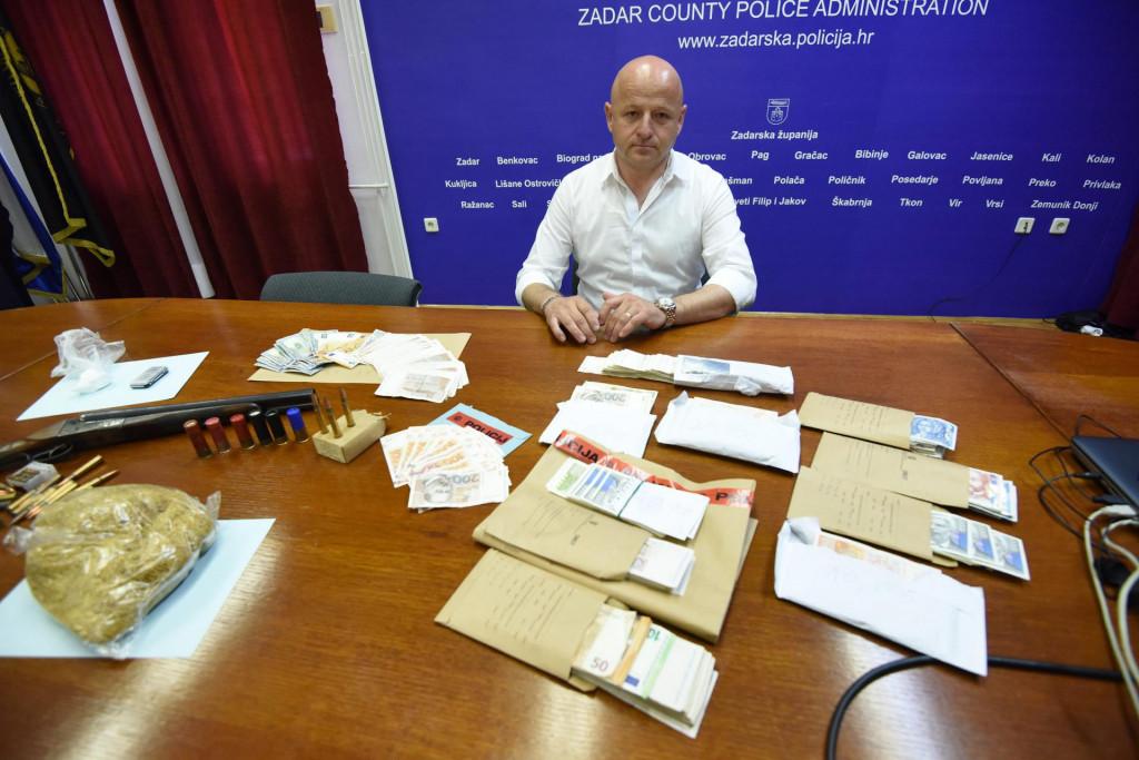 Zadar, 010520.<br /> Konferencija za medije u PU zadarskoj na kojoj je objavljeno kako su ovog vikenda uhiceni 36-godisnjak iz Zadra i 30-godisnjak s obrovackog podrucja. Rijec je o braci koja su se bavila dilanjem kokaina u Zadarskoj, Sibenskoj-kninskoj i Licko-senjskoj zupaniji. Utvrdjeno je kako je dvojac od sredine travnja preprodao minimalno 163.5 grama kokaina i 100 grama marihuane.<br /> Na fotografiji: Bore Mrsic, voditelj krim sluzbe.<br />