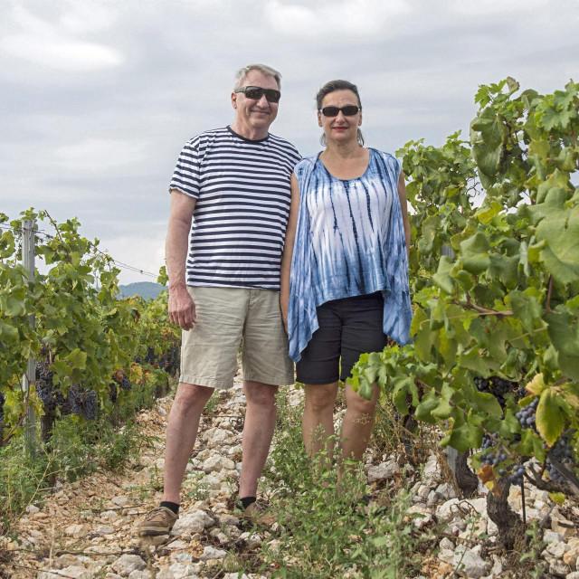 Mirena Bagur - svojevrsna ambasadorica hrvatskih vina u SAD-u, s mužem Win A. Burkom vodi tvrtku Croatian Premium Wine Imports za uvoz i distribuciju vina u SAD-u. Krenuli su s vinarijama udruge K7 s Komarne, a nedavno dogovorili suradnju i s vinarijama Testament kod Šibenika, Marlais sa Pelješca te vinarijom Crvik, kao prvom konavoskom vinarijom