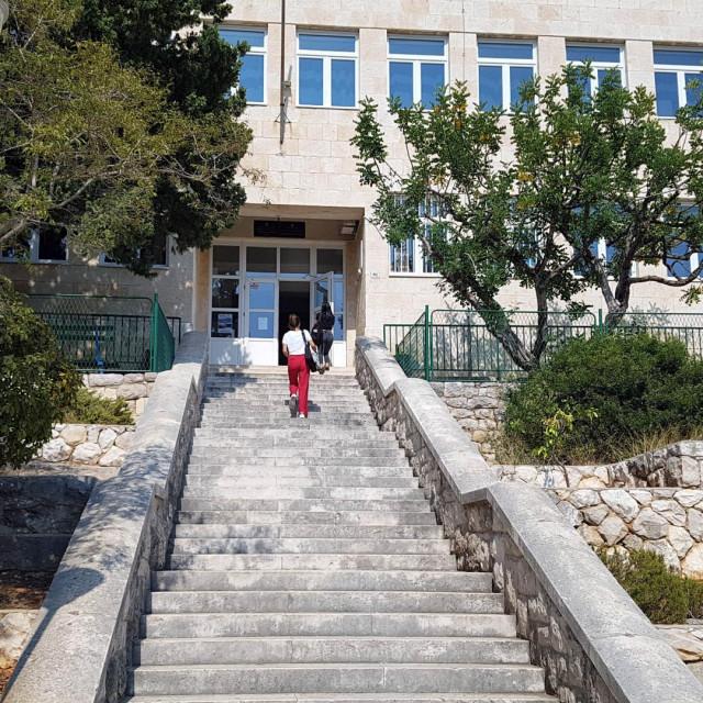 Hvarska srednja škola pati i zbog velike fluktuacije nastavnika i nedostatka kadra na samom otoku SANDRA STANČIĆ