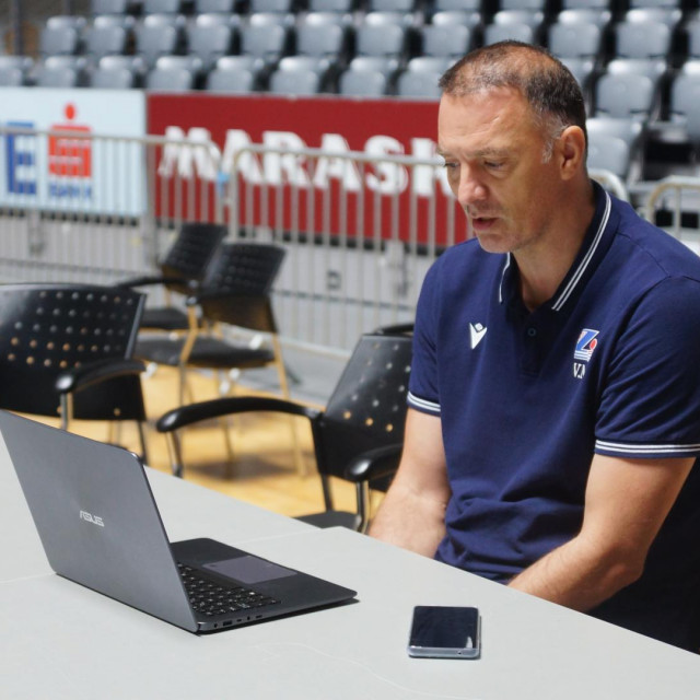 Trener KK Zadra umjesto ispred novinara sjedio je ispred ekrana i održao pressicu