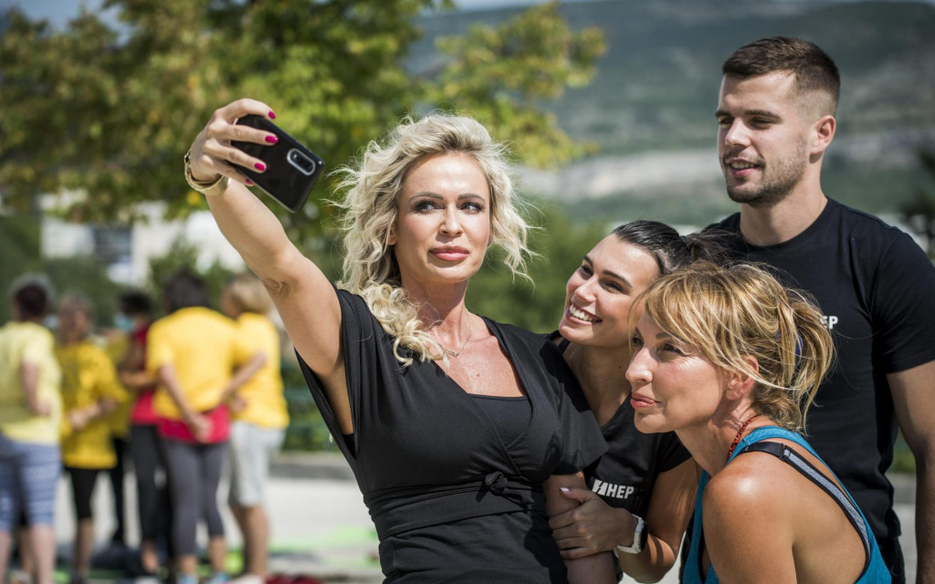 Selfie na Poljani: Renata Sopek, Asja Petersen i kineziolozi Lukrecija Dragic i Karlo Kligl