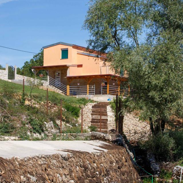 Kuća Ante Gutića nalazi se uz izvor Cetine Vukovića vrelo. Od kuće vode stepenice prema izvoru uz koji se nalazi stara mlinica
