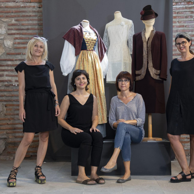 Kustosice i djelatnice muzeja, Tanja Ban, Ivana Vuković, Ida Jakšić i Maja Alujević, odabrale su izloške iz fundusa, koji sadrži više od<strong> </strong>20 tisuća predmeta
