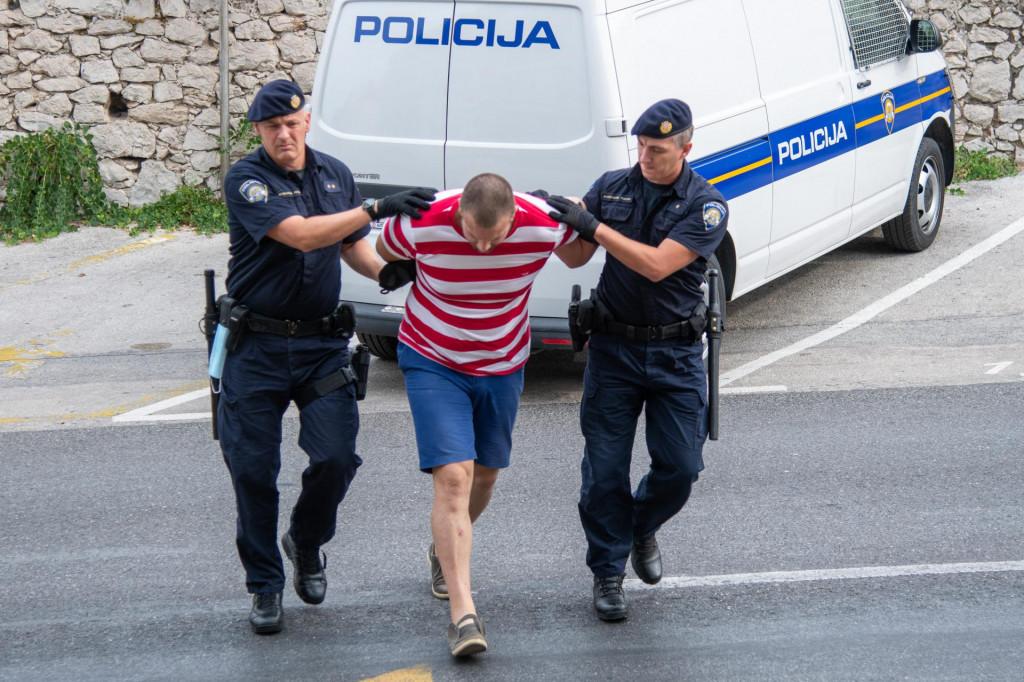 Privođenje na sud u Dubrovniku jednog od dvojice osumnjičenih za ubojstvo u Rogotinu.