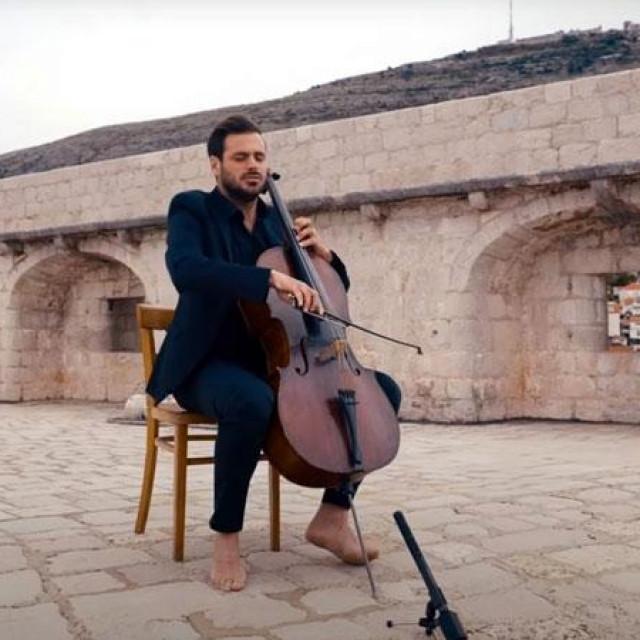 Violončelist Stjepan Hauser svira na Lovrjencu