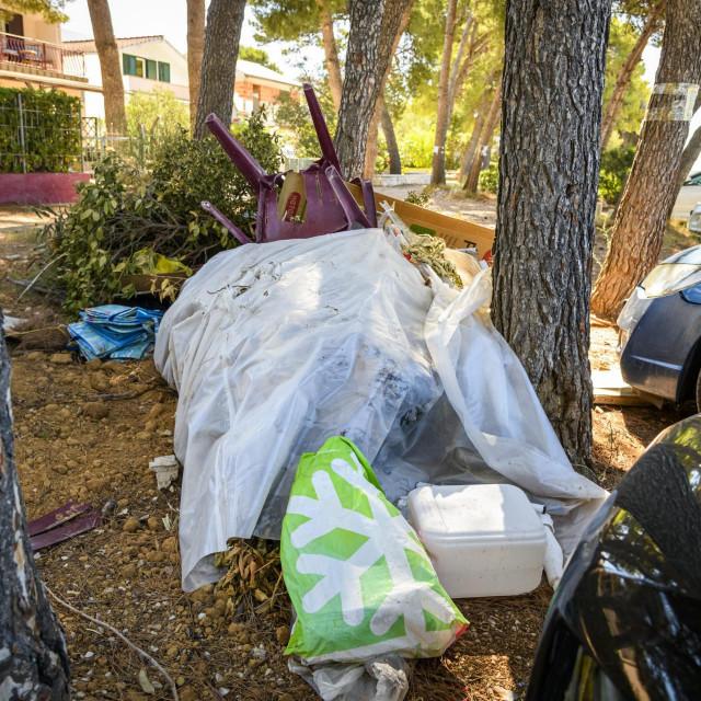 Sibenik, 270720.<br /> Odbaceni otpad u borovoj sumi na parkingu u gradskoj cetvrti Jadrija<br />