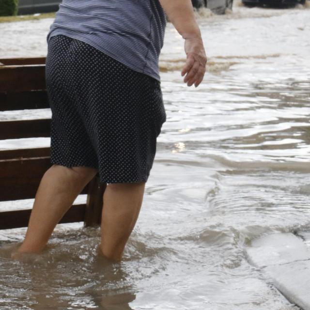 Makarska, 100719<br /> Jaki pljusak pracen slabijom tucom koji je oko 10.30 pogodio podrucje grada Makarske je izazvao probleme u prometu, izbijene su brojne sahte te je poplavljen zapadni ulaz u grad.<br /> Na fotografiji: Potopljeni zapadni ulaz u Makarsku.<br />