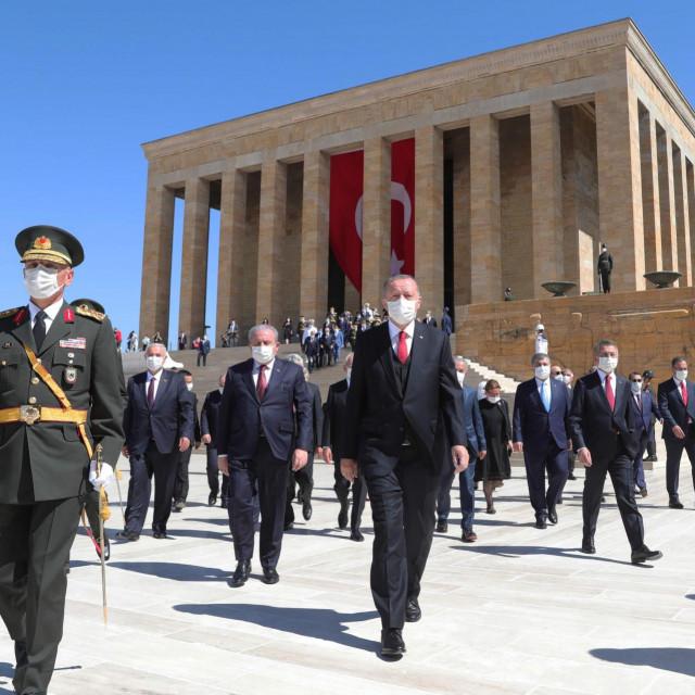 Erdoganovi konzervativci marširaju i ne brine ih što će reći europske institucije kojima pripadaju