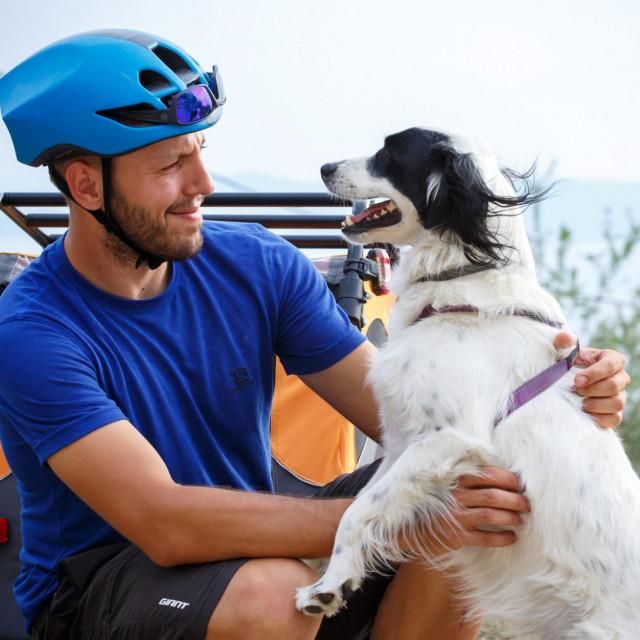 Hrvoje Jurić biciklom zeli preci Via Adriatica Trail i tako ucrtati rutu za bicikliste od Prevlake do Istre. Društvo mu prati kujica Ena.<br />