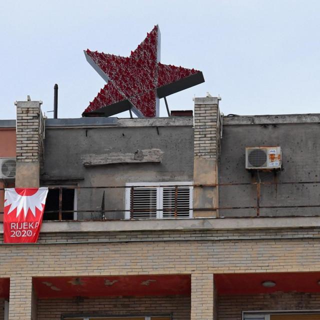 Crvena zvijezda petokraka postavljena na vrhu Rijeckog nebodera